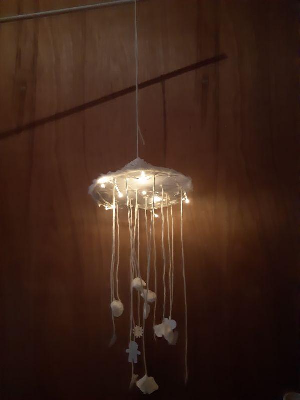 Mellie a fabriqué un mobile lumineux pendant le confinement