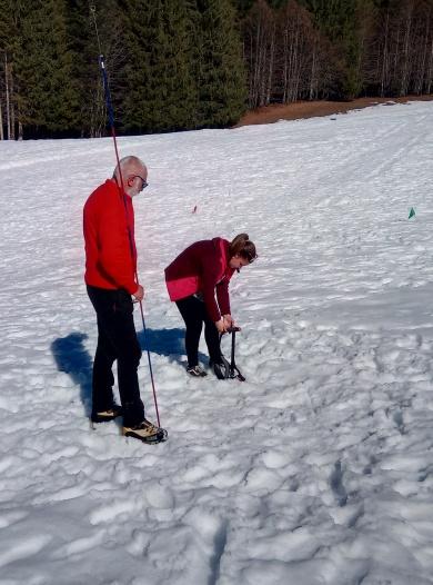 Un élève de l'établissement scolaire privé de Bellevaux recherche un DVA dans la neige